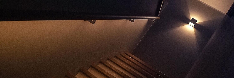 Ein durch LED Spots ausgeleuchteter Treppenaufgang
