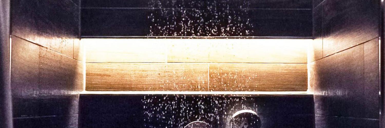 Eine durch LED Stripes beleuchtete Dusche