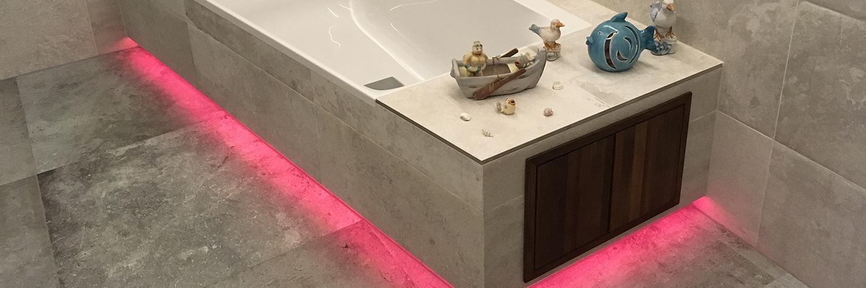 Eine durch LED Stripes farblich hervorgehobene Badewanne