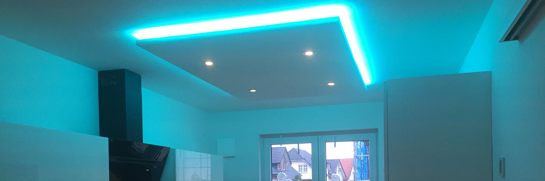 Die türkise LED-Küchenbeleuchtung in einer modernen Küche.